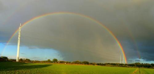 Regenboog met regenfront